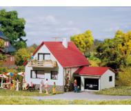 модель Auhagen 12222 Дом с гаражом. Модель подходит для масштабов H0 и TT.