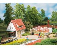 модель Auhagen 12235 Садовое хозяйство 185 х 95 х 85мм. Модель подходит для масштабов H0 и TT.
