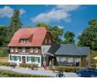 модель Auhagen 12239 Сельский постоялый двор. Модель подходит для масштабов H0 и TT.