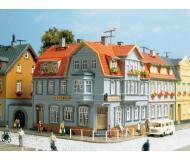 модель Auhagen 12249 Угловой дом. Модель подходит для масштабов H0 и TT.