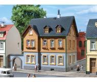 модель Auhagen 12258 Жилой дом при фабрике. Модель подходит для масштабов H0 и TT.