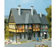модель Auhagen 12343 Жилой дом №1 по ул. Вокзальная. Модель подходит для масштабов H0 и TT.