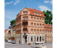 модель Auhagen 13334 Угловой дом с магазином №1, 145x110x153 мм.