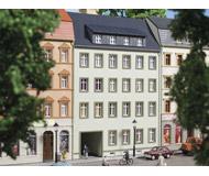 модель Auhagen 13337 5-ти этажный дом со сквозным проездом №3, 108x63x160 мм.