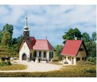 модель Auhagen 14461 Деревенская церковь с домом викария, 100х82х115 мм,92х59х60мм.