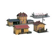 "модель Auhagen 15102 Набор вокзал ""Wachstadt"". В набор входят: здание вокзала (размер 360х125х130мм), груз. склад (размер150х90х80мм), переезд (размер150х130мм),  дом (размер70х65х90мм)"