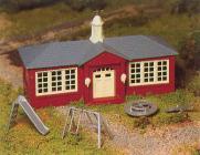 модель Bachmann 45304 Серия Plasticville. Полностью собранное здание. Schoolhouse w/Playground Equipment