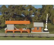 модель Bachmann 45307 Серия Plasticville. Полностью собранное здание. Loading Platform & Crossing Shanty