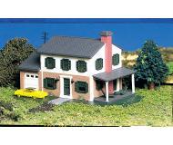 модель Bachmann 45813 Two-Story House w/Garage - Серия Plasticville. U.S.A. Модель полностью собрана, размер 7.6 x 12.1см