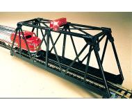 модель Bachmann 46904 Steel Through-Truss Bridge. Модель полностью собрана. С мигающим красным маячком