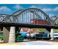 модель Faller 120536  Большой арочный мост с бетонными блоками-опорами. Длина моста 36 см, ширина 6,5 см, высота 11 см В комплекте 6 опор размером 7,5 х 3 х 0,8 см. Мост может использоваться как самостоятельно, так  и в комплекте с такими же или другими секциями Faller (на фото мост показан совместно с секциями Faller 120534)