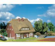 модель Faller 130250 Wohnhaus mit Reetdach