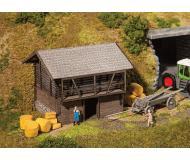 """модель Faller 130382 Hay Barn, окрашены Laser-Cut Wood. Набор для сборки (KIT) - 3-5/8 x 3-1/4 x 2-7/8""""  9.2 x 8.2 x 7.3см."""