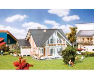"""модель Faller 130394 Prestige House. Набор для сборки (KIT) -- 7 x 6-1/2 x 3-7/8""""  17.6 x 16.6 x 10см."""