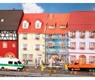 модель Faller 130494 Village Houses w/Scaffolding. Набор для сборки (KIT)