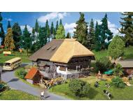 """модель Faller 130534 Black Forest Farm w/Straw Roof, окрашены. Набор для сборки (KIT) - 9 x 8-11/16 x 5-11/16""""  23 x 22 x 14.5см."""