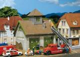 модель Faller 131320  Здание сельской пожарной бригады. Полностью собранное и окрашенное вручную. Автомобили и фигурки в комплект не входят