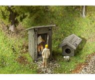 модель Faller 180396 Деревенский туалет с сервоприводом, 31 x 30 x 32 мм., и конура 18,5 x 15 x 13 мм.