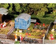 "модель Faller 180490 Garden w/Contractor's Trailer. Набор для сборки (KIT) (Plastic w/Scenery Materials) -- 4-1/8 x 2-7/8 x 1-9/16""  10.5 x 7.4 x 4см."