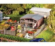 "модель Faller 180491 Garden w/Summer House. Набор для сборки (KIT) (Plastic w/Scenery Materials) -- 4-1/8 x 2-7/8 x 1-1/4""  10.5 x 7.4 x 3.2см."
