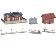 модель Faller 190277 Вокзал Amselfingen. Набор: здание вокзала (187 x 154 x 80мм.), платформа (417 x 50 x 11мм.), 2 переезда (94 x 40 x 30мм.), будка обходчика (71 x 64 x 61мм.), трансформатор (52 x 35 x 38мм.)