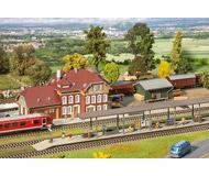 модель Faller 190288 Вокзал Weidenbach. Набор: здание вокзала (275 x 154 x 156мм.) 2 крытые платформы (418 x 48 x 68мм.), пакгауз (175 x 82 x 62мм.)