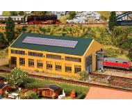 """модель Faller 222110 Modern Corrugated-Metal Engine House. Набор для сборки (KIT), пластмассовые детали -- 2-Track 7-1/2 x 4-5/16 x 3""""  19.1 x 11 x 7.6см."""