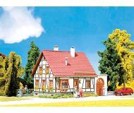 "модель Faller 232215 Timbered House w/Garage -- 3 x 3 x 2-7/32"" 7.3 x 7.2 x 5.5см."