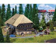 """модель Faller 232252 Black Forest Farm w/Baking Cottage. Набор для сборки (KIT) - Farm: 5-13/16 x 6 x 3-9/16""""  14.8 x 15.3 x 9см."""