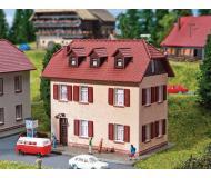 """модель Faller 232328 Two-Story Home w/Shutters. Набор для сборки (KIT) - 3-15/16 x 1-15/16 x 2-3/8""""  10 x 5 x 6см."""