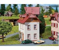"""модель Faller 232329 Two-Story Stucco Home. Набор для сборки (KIT) - 2-15/16 x 2-7/8 x 3-5/16""""  7.5 x 7.3 x 8.4см."""