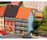 "модель Faller 232331 Townhouse w/Scaffold. Набор для сборки (KIT), пластмассовые детали -- 2-1/16 x 2-1/2 x 3-1/4""  5.2 x 6.3 x 8.3см."