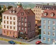 """модель Faller 232334 Old Town House w/Bar/Tavern, окрашены. Набор для сборки (KIT) - 4-3/8 x 2-5/8 x 5""""  11.1 x 6.7 x 12.8см."""