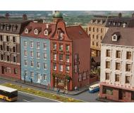 "модель Faller 232335 Old Town House w/Cigar Shop, окрашены. Набор для сборки (KIT) - 4-3/8 x 2-5/8 x 5-3/16""  11.1 x 6.7 x 13.2см."