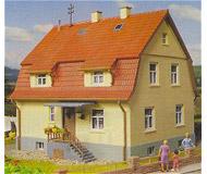 модель Kibri 38160 Stucco House w/Mansard Roof. Размер   12 x 11 см. Набор для сборки.