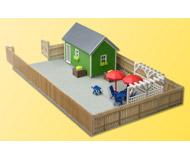 модель Kibri 38659 Garden House w/Green Chain Link Fence. Размер 20 x 12 x 5 см. Набор для сборки.