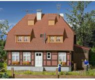 модель Kibri 48209 Muhlenweg Spreewald House w/Interior Lighting Starter Set -- Kit. Размер 13 x 10.2 x 11.5 см. Набор для сборки.