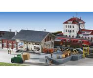 модель Kibri 59302 Товарная станция. В набор входит 6 предметов, в том числе само здание станции со складом,  платформы, погрузочная рампа.