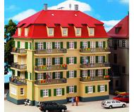 модель Kibri 8354 Городской дом с балконами, 22x14x20  см. Набор для сборки.