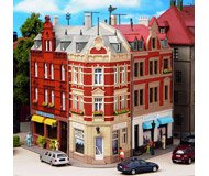 модель Kibri 8355 Угловой дом на Hanseplatz, 22,5 x 23,5 x 19  см. Набор для сборки.