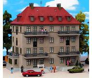 модель Kibri 8357 Многоквартирный дом с балконами и террасой, 24х14х20  см. Набор для сборки.