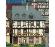 модель Kibri 8904 Фахверковый угловой дом на рыночной площади, 15х13,5х16  см. Набор для сборки.