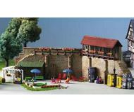 модель Kibri 8916 Городская стена с маленьким садово-огородным участком, 34х3,5х10,5 см. Набор для сборки.