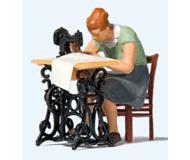 модель Preiser 28183 Женщина за швейной машиной - фигурка швеи, стул и швейная машина