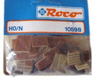модель Roco 10598 Штекерное соединение и набор перемычек, пластины обеспечивают прямое соединение «плоский штекер с плоским штекером», с помощью перемычек можно зашунтировать контакты восьмиконтактного плоского штекера. В наборе 45 частей.