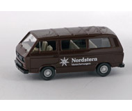 модель Железнодорожный Моделизм 15541-54 Микроавтобус Volkswagen Kombi. Производство Wiking. Артикул по каталогу Wiking 13 292. Состояние новой модели, коробочного хранения. В родной упаковке. Фотография выполнена с продаваемой модели.
