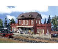 модель Vollmer 43504   Набор для сборки железнодорожной станции Kleckersdorf. Размер  31 x 10.3 x 13.5 см.