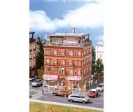 модель Vollmer 43611 Brick Apartment Building w/Penthouse -- Набор для сборки. Размер   13 x 10.5 x 19.5см.