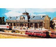 модель Vollmer 47506   Набор для сборки железнодорожной станции Altstadt. Размер  33 x 11.5 x 13.5 см.