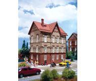 модель Vollmer 47641 3-Story House at the Railroad Tracks - Набор для сборки. Размер  9.9 x 6.8 x 11.6см.